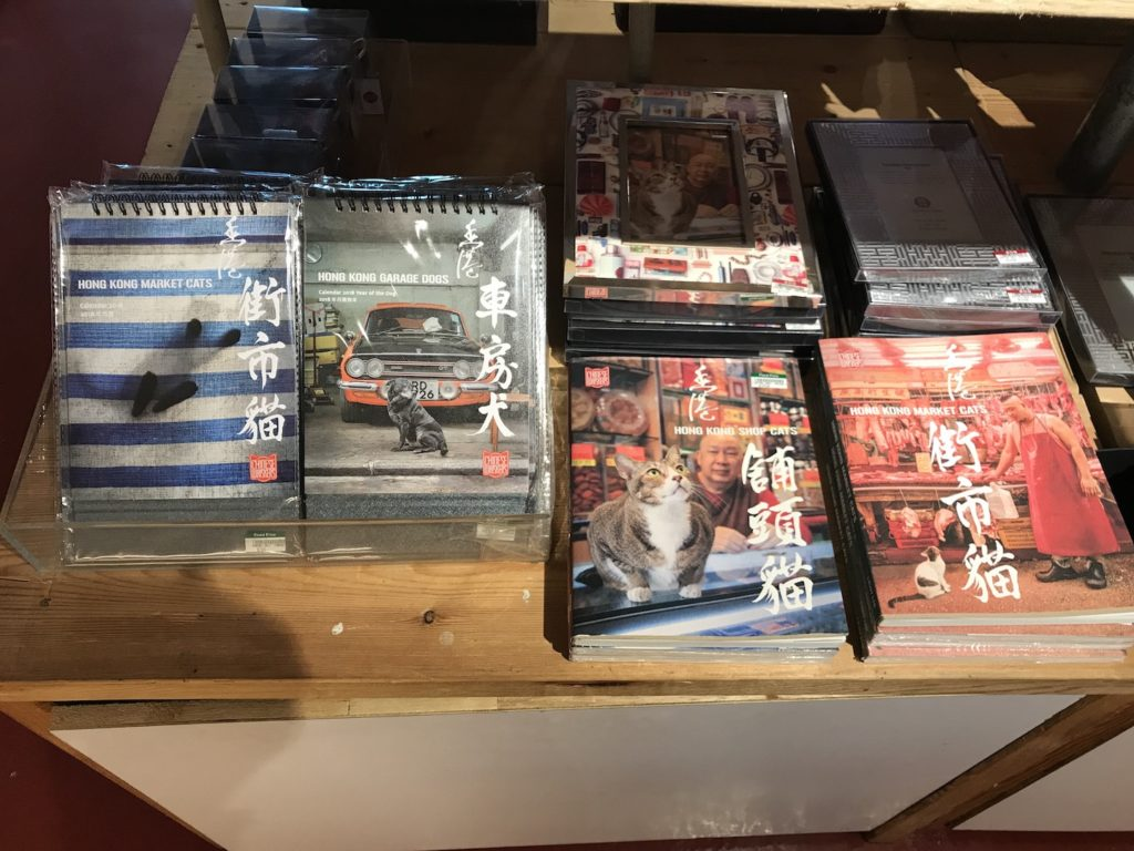 店内の写真集とカレンダー