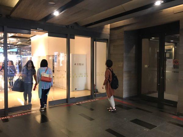 Q1出口とマンション入口