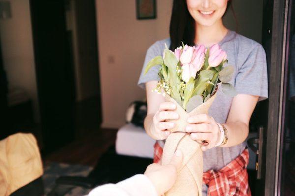 お花をお届け(イメージ画像)