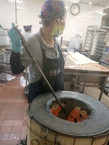 厚餅夾蛋(ホウビンジャーダン)を焼くところ