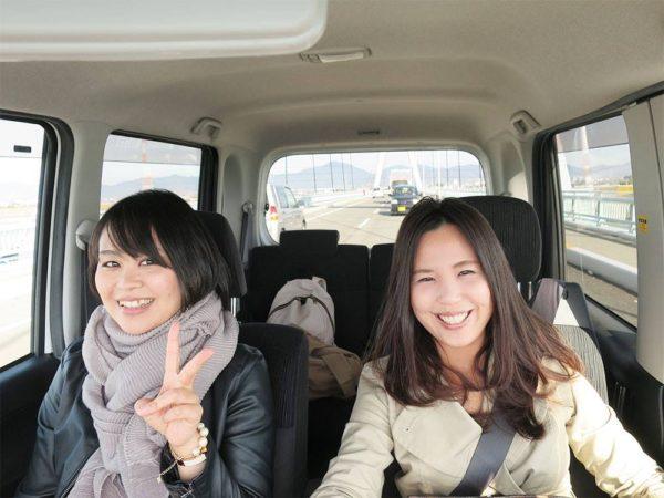 橋本絢子さん(右)
